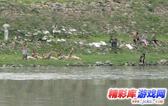 朝鲜女兵陪农民睡觉
